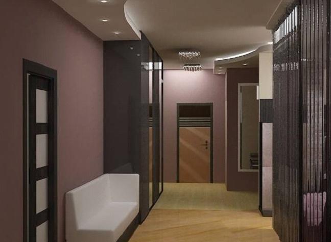 Потолок в просторном коридоре