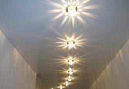 Коридор с точечно освещенным потолком из гипсокартона