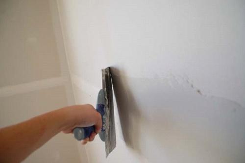 выравнивание стены при помощи шпаклевки