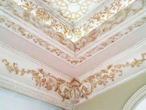 Потолок с украшенным гипсовым плинтусом