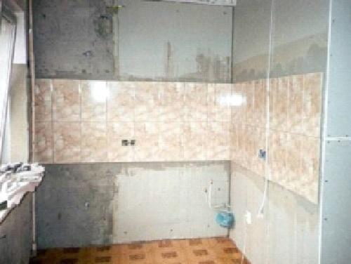 Стена с поясом из плитки