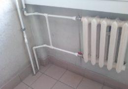 Труба отопления в комнате