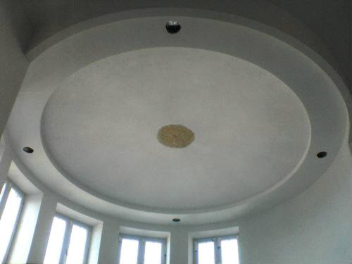 Круглая конструкция на потолке