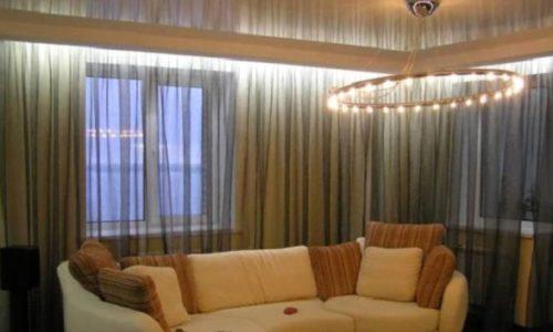 Комната с карнизом и шторами