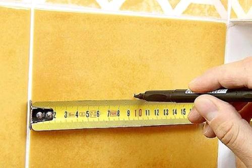 Процесс разметки рулеткой и маркером