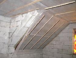 Облепленые стены мансарды