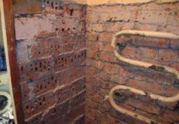 Неровная стена в ванной