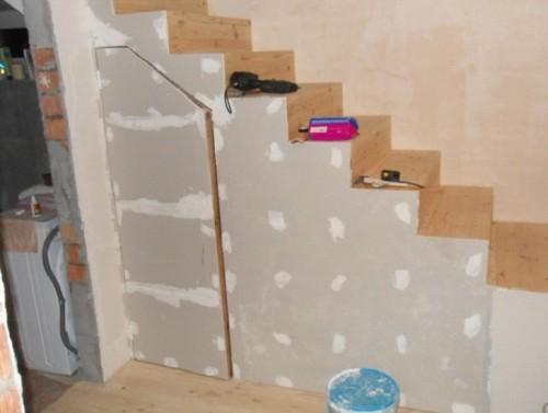 Обшивка лестницы листами гипсокартона