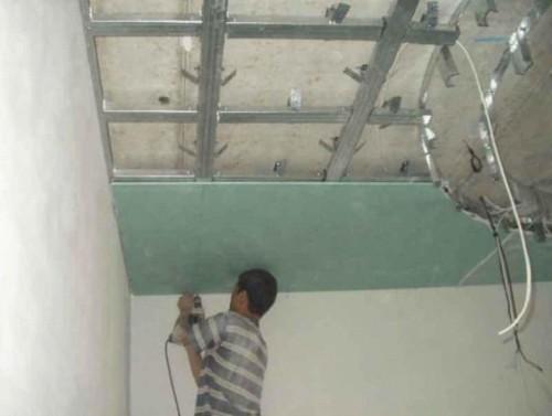 Монтаж потолка в комнате