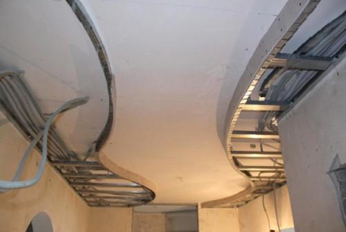 Потолок с обшитым первым уровнем