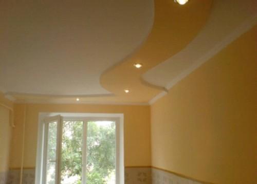 Двухуровневый потолок в комнате