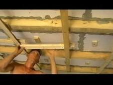 Деревянный каркас на потолке