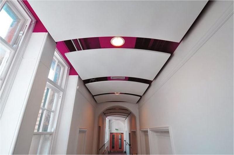 Изогнутые формы на потолке